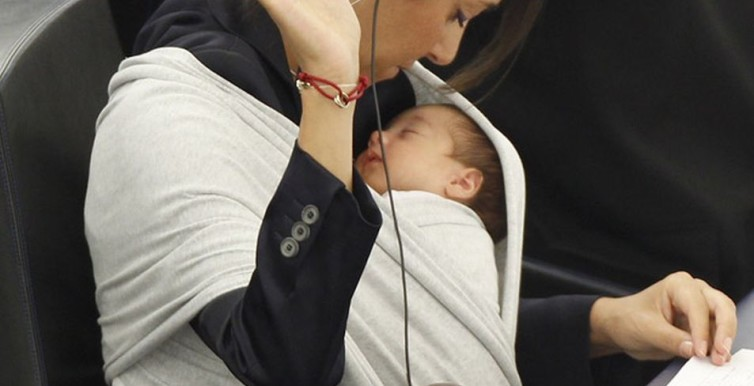 Licia Ronzulli takes part with her baby in a voting session at the European Parliament in Strasbourg-687387
